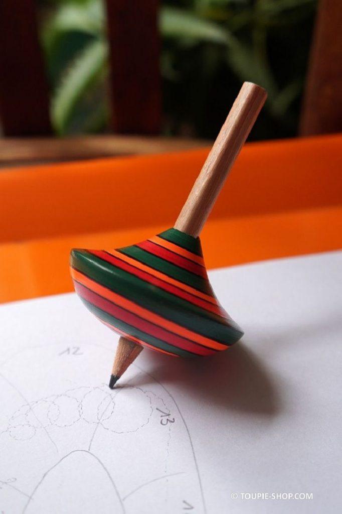 Un jeu de dessin avec une toupie en bois